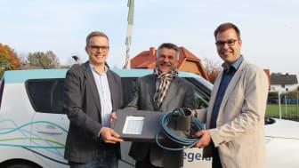 Freuen sich über neue energiesparende LED-Leuchten (v. l.): Florian Wiesing, Projektleiter WWN, Bürgermeister Ulrich Knorr und Sebastian Wöhler, Kommunalreferent WWN.