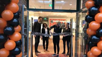 Medarbetare på Synoptik på Lidingö inviger den nya butiken.