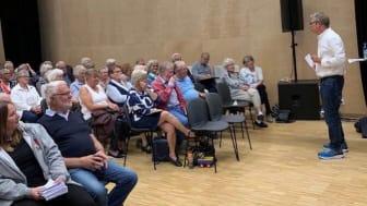 Pensjonistforbundet arrangerer debattmøter rundt om i landet fram mot valgdagen 9. september. Her fra møtet i Nittedal, som samlet mer enn 100 tilhørere.