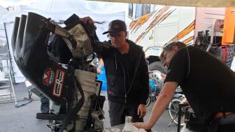 Micke och Emil undersöker kompressorn...