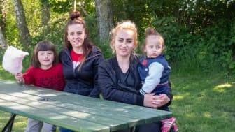 Systrarna Arieta Berisha, 35, och Shpersa Qestaj, 34, delar en fyra på andra våningen sedan ett år, här med döttrarna Donna, 9, och Erina, 1,5 år.