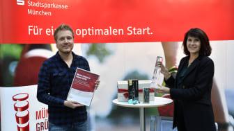 Stefan Walter (CEO happybrush) bekommt von Marlies Mirbeth (Vorstandsmitglied SSKM) den Münchner Gründerpreis 2020 überreicht.