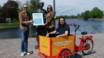 Från vänster: Mikael Haster, Jenny Sundén och David Nordström som alla jobbar med cykelfrågor på olika sätt visar upp diplomet framför Solastatyn.