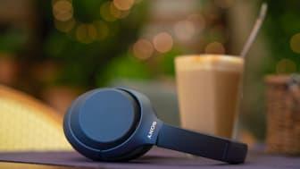 WH-1000XM4 Blue Lifestyle 4