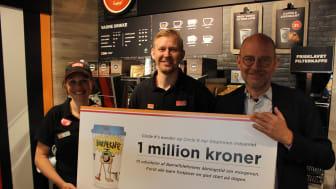 Anne og Mathias fra Circle K overrækker 1 million kroner til Rasmus Kjeldahl, direktør i Børns Vilkår