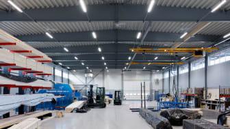 Industribelysningen Zenit från Exaktor ger lika mycket ljus men nu med 20% lägre energiförbrukning.