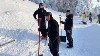 Walter Wallberg i puckelbacken tillsammans med tränarna Harald Marbler och Lasse Fahlén. Foto: Ewa Heidvall