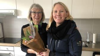 Eva Andrén uppvaktades med tulpaner och kort av Maria Forssell, kundansvarig säljare på BoKlok.