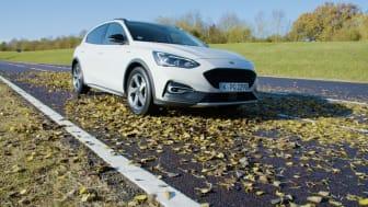 Az új Focus active tapadását  nedves falevelekkel borított úton tesztelték