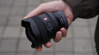 FE 14 ММ F1.8 GM (SEL14F18GM)— это компактный, светосильный, широкоугольный объектив с диафрагмой F1.8