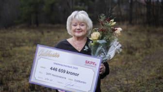 SKPF Pensionärernas ordförande Liza Di Paolo-Sandberg tog emot årets överskottscheck från lotteriet Guldkanten.
