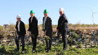 Haben mit den Bauarbeiten begonnen: Kai Agnesens, Planer ESW, Christian Müller, Geschäftsführer Stadtwerke Paderborn, Michael Dreier, Bürgermeister Paderborn, und Peter Grote, Leiter Vertrieb ESW.