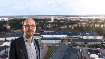 Niklas Andersson med OP Kuvert i bakgrunden