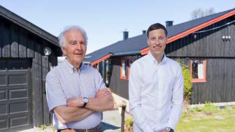 Helge Stalsberg og Odin Foldvik Eikeland foran huset der solcelleanlegget skal monteres, foto:Mikael Utsi