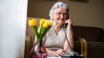 """Vi tror att i här tiden av isolering kan ett telefonsamtal få betyda mycket, någon att få prata av sig om sin oro med eller få hjälp att tänka på något annat"""" säger Elinore Lissledal på Bräcke diakoni. Bild: iStock."""