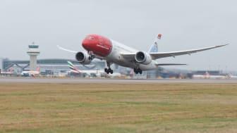 Norwegianin 787 Dreamliner Lontoon Gatwickissä.