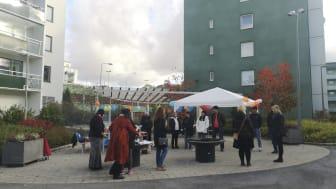 För att öka kännedomen om centret i området och dra dit fler asylsökande män bjuder Frälsningsarmén in till tre grillfester på gården i Husby. Foto: Kerstin Tillenius