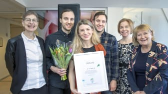 Team Harvest tar emot fint stipendium till minne av hållbarhetskämpen Anna Borgeryd. Foto: Johan Gunséus