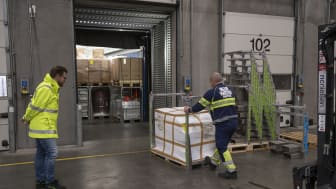 Transportminister Benny Engelbrecht får demonstration af hvordan lastbiler kan lastes mere og bedre med dobbeltstabling - såkaldt 'palletetris' - og dermed spare både plads, penge og CO2  (Blue Water Shipping, Taulov)
