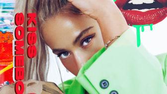 Julie Bergan - Kiss Somebody (with Seeb)