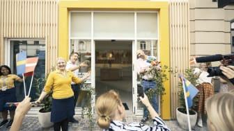IKEA Planning Studio Manager Laila Haugaard klipper birkegrenen over og åbner IKEAs nye studio på Vesterbrogade i København. Flankeret af IKEA Danmarks adm. dir., Johan Laurell (tv) og Mads Satsman-Nørhede, varehuschef i IKEA Taastrup.