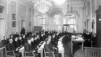 Stadsfullmäktige samlat för sista gången den 27 mars 1919 innan de nyvalda ledamöterna tillträdde. Idag har vi ett mer jämställt kommunfullmäktige. Av totalt 61 ledamöter är 31 kvinnor. Bildkälla: Fröierska samlingen, Västerås stadsarkiv.