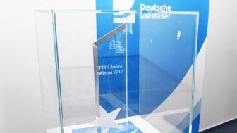 Anerkennung auf europäischer Ebene für Deutsche Glasfaser:  Die Trophäe des FTTH-Awards 2017 steht in Borken.
