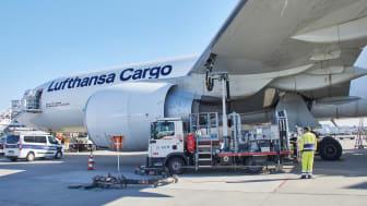 Betankung einer Frachtmaschine des Typs Boeing 777F
