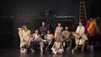 Några av de skådespelare som medverkar under teateråret 2019-2020. Från vänster Emilie Strandberg, Lisa Lindgren, Emil Ljungestig, Ramtin Parvaneh, Hannah Alem Davidson, Anna Bjelkerud, Jesper Söderblom och Josefin Neldén. Foto Aorta.