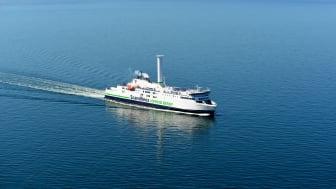 Scandlines mit größtem Segelschiff während der Hanse Sail