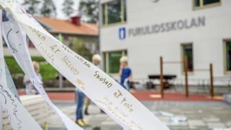 Överskottet går till samhällsviktiga investeringar såsom att bygga nya skolor.