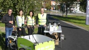 Förbipasserande bjöds på fika under invigningen av den nya gång- och cykelvägen. Foto: Eva Wikström, Piteå kommun