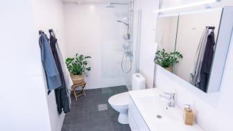 1980-luvulla rakennetun rivitaloasunnon kylpyhuone raikastui uudistuksessa, joka toteutettiin kotimaisin IDO-tuottein.