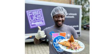 """Westafrikanische Küche trifft auf die Schwälmer Rübe: Michael Nganda, Koch auf dem Bio-Hofgut Richerode, hat schon mal gezeigt, was man aus der Steckrübe alles zaubern kann. Seine Rübchen-Kreation nennt er """"Rübchen-Samosa""""."""