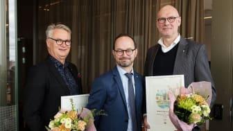 Infrastrukturminister Tomas Eneroth (mitten) delade ut SJs miljödiplom till konsultbolaget Trivectors vd Christer Ljungberg och stiftsdirektor Pether Nordin från Linköpings stift.