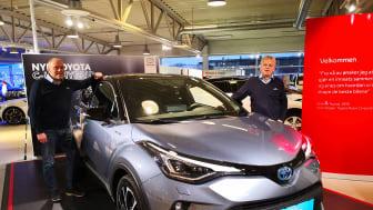 Klar for lansering: Sverre Saue og Leif Forsland med nye Toyota C-HR som lanseres i Harstad denne uken. Foto: Nordvik AS.