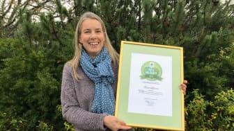 Nationell Floraväktarsamordnare Sofia Lund med Floraväktarnas diplom.