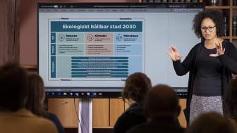 Miljöförvaltningens projektledare Mathilda Edlund presenterar arbetet med Göteborgs Stads nya miljö- och klimatprogram. Foto: Ulrik Fallström