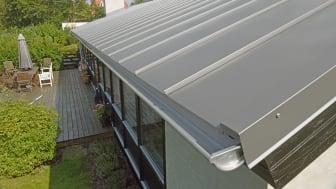 Tagproducenten Lindab mærker en stigende efterspørgsel på kliktage af stål. Her er det en husejer i Vedbæk, der netop har fået lagt et kliktag.