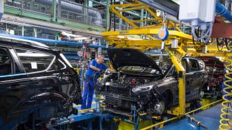 I det hemmelige går Ford-ansatte rundt på gigantfabrikken i Valencia og legger feil og ødelagte deler på samlebåndet. Disse såkalte «Gremlins-testene», skal sammen med et unikt fotosystem, sikre at Ford fortsatt leverer best på kvalitet.