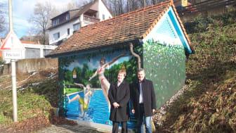 Gräfenbergs Bürgermeister Hans-Jürgen Nekolla (r.) und Bayernwerk-Kommunalbetreuer Ralf Schwarz (l.) haben das von ART-EFX gestaltete Bademotiv an der Trafostation am Gräfenberger Freibad am Freitagmorgen offiziell der Öffentlichkeit vorgestellt.