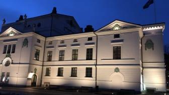 Delvis upplyst nyrenoverad fasad på Karlstads teater. Hela fasaden tänds klockan 20.00 imorgon.