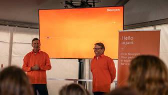 Cheferna Niek Stapel, medlem i globala företagsledningen, och Lars Andersson, Sverigedirektör, avslöjar nya namnet inför 400 förväntansfulla medarbetare