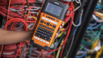 PT-E550WNIVP bruker Brother sin spesialtapeserie Pro Tape, som omfatter selvlaminerende tape, sikkerhetstape, tape med sterk klebeevne og Flexi-ID tape, og gir holdbare og varige merkelapper.