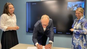 GLEDER SEG: Administrerende direktør Nils Kristian Nakstad setter sin signatur på tilleggsavtalen med Klima- og miljødepartementet. Han er omkranset av strategidirektør Tonje Foss i Enova (t.v.) og avdelingsdirektør Anne Gislerud i KLD.