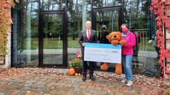Ralf Herzog, Geschäftsleiter der Blumenbecker Technik GmbH, und Kerstin Stadler vom Bärenherz präsentieren stolz den Spendenscheck