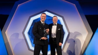 PC Stuart Outten receiving his award from National Police Federation Chair John Apter (Credit Anderson Photograpy)