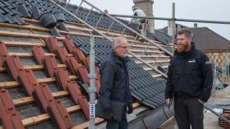 Arkitekt Søren Kibsgaard i samtale med tømrermester Mads Olsen, Tømrer- og Snedkerfirma Pallisgaard A/S.