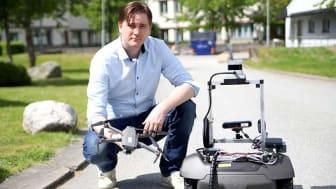 Martin Längkvist, AI-forskare på Örebro universitet, har jobbat med att få en drönare och en mobil robot på marken att kommunicera med varandra.