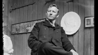 Gustav Vigeland seated in his studio in Hammersborg 1903 / Gustav Vigeland, sittende i sitt studio, Hammersborg 1903.